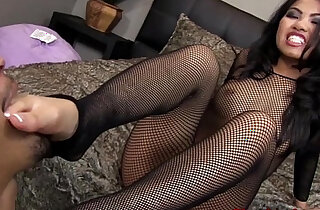 Cindy Starfall gets her feet worshipped - 6:04